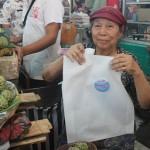 Pedagan Pasar Gede menunjukan kantong belanja ramah lingkungan