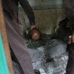 Batu gilang yang di siram dengan banyu badek/Foto:koranjuri.com