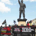 Gabungan Ormas Islam yang tergabung dlm komunitas nahimungkar menuntut pembubaran densus 88 di bundaran Gladag./foto; Koranjuri.com