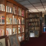koleksi buku buku kuna di perpustakaan reksa pustaka : Foto: Koranjuri,com