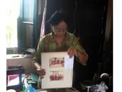 R.Ayt. Amani Pujiastuti tengah menunjukan beberapa koleksi foto kuna - foto: Koranjuri.com
