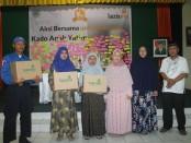 Pemberian bingkisan dari LAZISMU Surakarta . Foto: Koranjuri.com