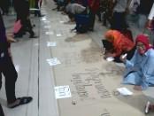 ecahkan rekor Muri menulis aksara jawa diatas kertas sepanjang 500 meter - foto: Koranjuri.com
