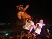 Parade Ogoh-ogoh pada malam pengerupukan atau malam menjelang pelaksanaan Nyepi di Bali. Pawai Ogoh-ogoh di Denpasar dipusatkan di Lapangan Puputan Badung, Senin, 27 Maret 2017 - foto: Koranjuri.com
