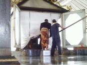 jamasan meriam pusaka nyai setomi di bangsal sitihinggil kraton solo : foto : koranjuri.com