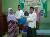 Keterangan foto: Pengurus MWC NU Pasar Kliwon secara seremonial menyerahkan paket ramadhan .